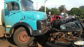 Video Veículo fica destruído ao ser atingido lateralmente por caminhão em Três de Maio download MP3, 3GP, MP4, WEBM, AVI, FLV November 2018