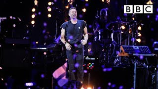 Download lagu Coldplay performs A Sky Full Of Stars at BBC Music Awards - BBC