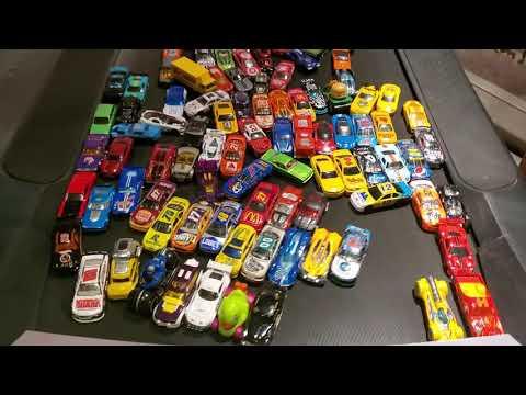 100 Spielzeugautos liefern sich auf einem Laufband ein Rennen