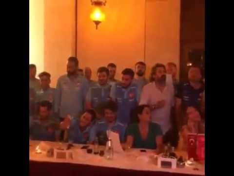 türkiye milli takımı şarkı söyluyor, ben dünyanın en büyük aşığı olabilirim