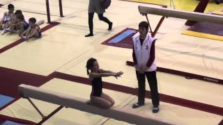 Маленькая гимнастка на бревне