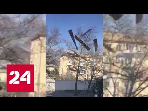 Ураганный ветер оставил пятиэтажку без крыши в Новороссийске - Россия 24