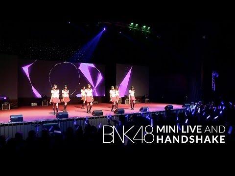 「Skirt, Hirari –พลิ้ว–」from BNK48 Mini Live and Handshake / BNK48