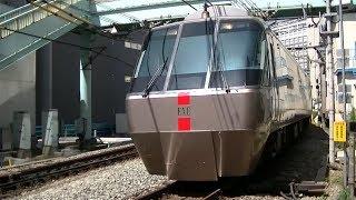 小田急30000形特急「さがみ・えのしま」 新宿-南新宿の踏切にて