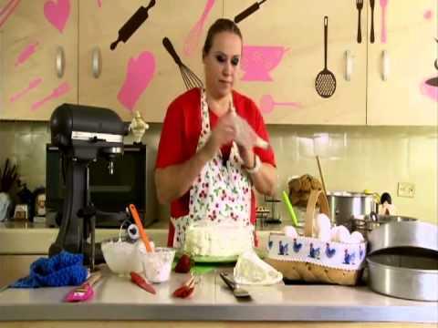 pastel de fresas con crema y rosca de rompope