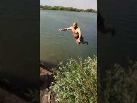 Мужик упал с тарзанки в воду