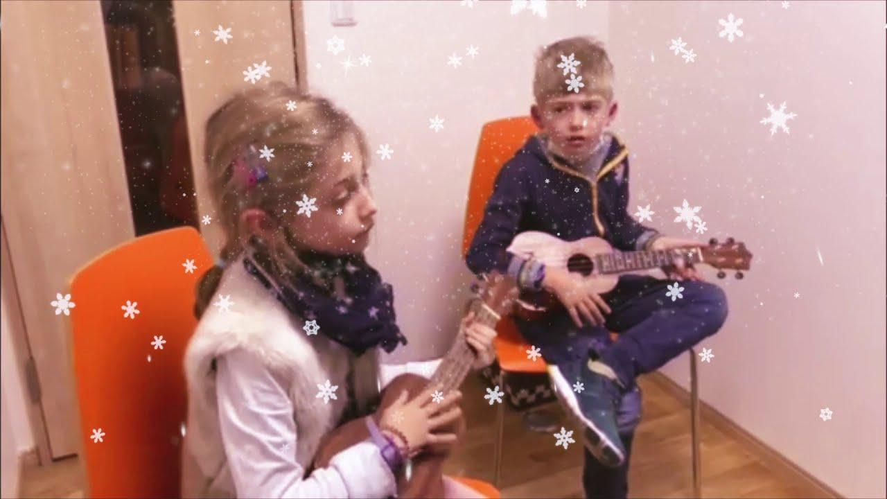 """Loucas & Alessia play """"Jingle Bells"""""""