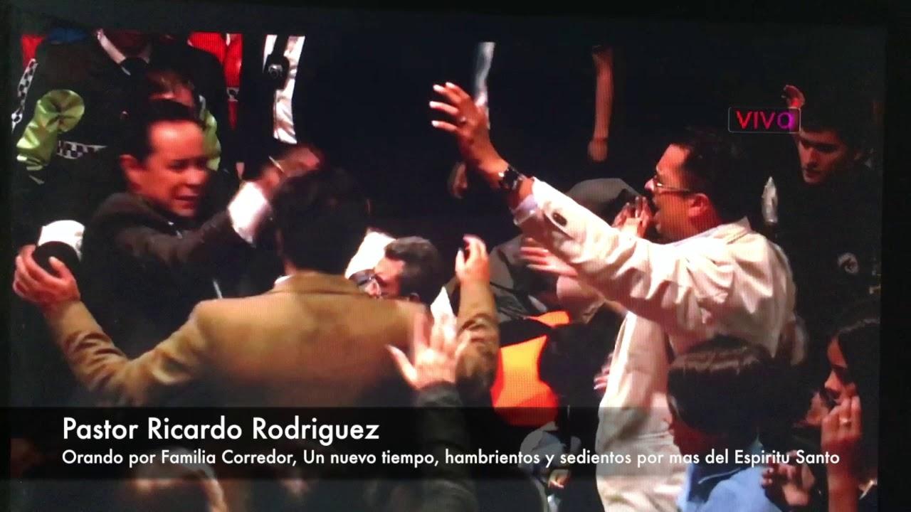 Pastor Ricardo Rodriguez orando por Pastores  Corredor en Avivamiento Bogota Colombia Oct 2017