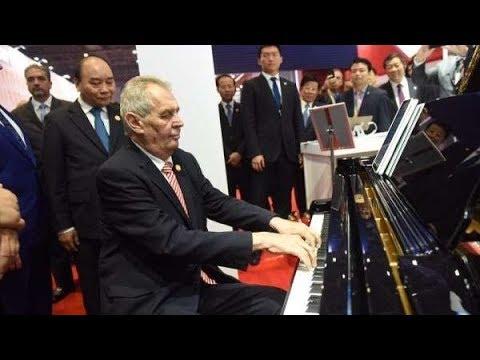 miloš zeman hraje na piano sovětskou hymnu