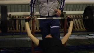Хрупкая девушка в Морозовске подняла штангу весом в 100 кг