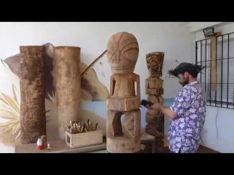 Tallando un tiki doble de 2 metros. Carving a 2 meters double tiki