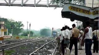 ET WDM-3D chugging, smoking and madly honking through dirty Gadarwara station!
