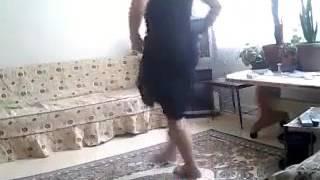 Evde tek başına dans eden kadın