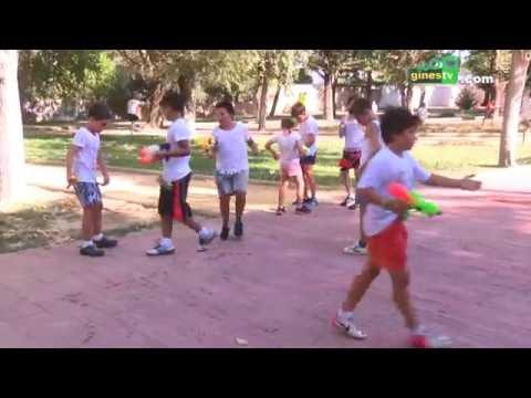 Los participantes en el campus 'Sun Gines' practican 'paintball' acuático en el Parque