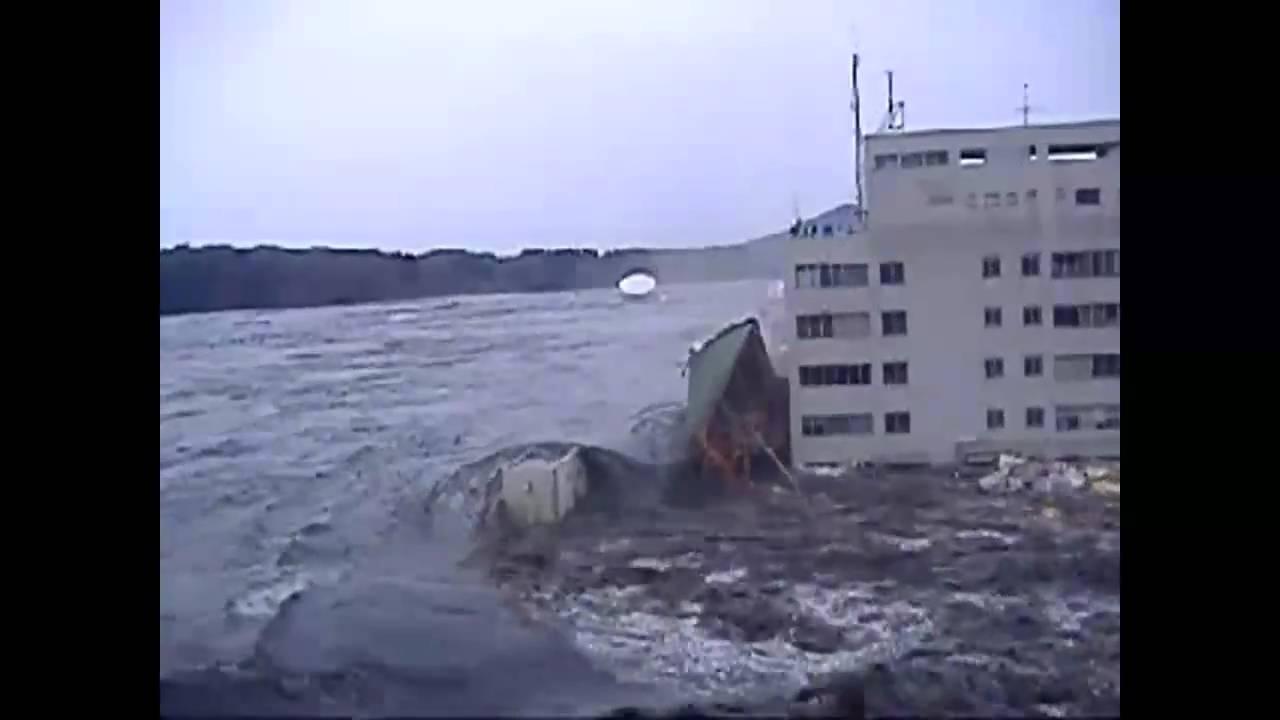 Crazy tsunami footage - YouTube