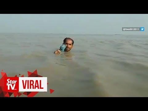 Un reportero pakistaní retransmite una inundación con el agua al cuello