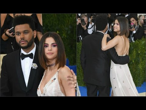 Вспышки фотокамер сделали платье Селены Гомес прозрачным