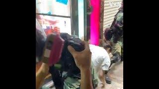 香港警察逮捕一名身穿白衣的女子
