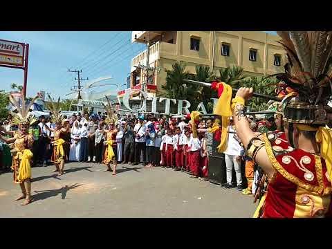 KEREN !!! Tarian Suku Dayak Menyambut Obor Asian Games Tahun 2018 Di  Banjarmasin