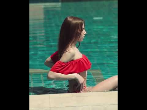 Красотка у бассейна
