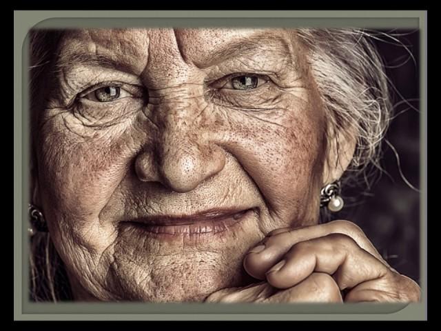 Изображение предпросмотра прочтения – НатальяАксенова читает произведение «Уходят матери» Е.А.Евтушенко