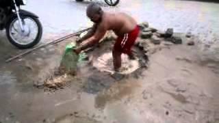Sem solução da Compesa, morador conserta vazamento por conta própria