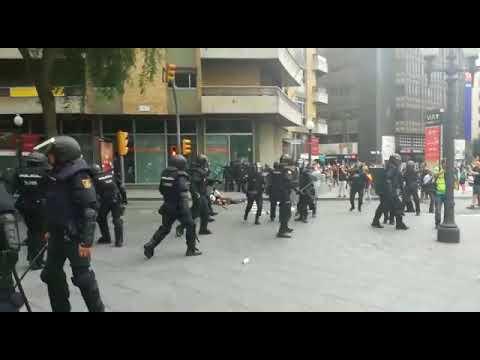 Càrregues de la policia espanyola mentre abandonen un institut a Tarragona