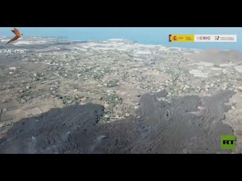 لقطات جوية ترصد نهر الحمم البركانية يزحف غامرا كل شيء أمامه