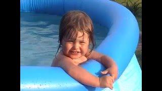 Купание детей летом на даче. Домашний аквапарк  Funny kids. Swimming pool.(Дети купаются летом на даче в бассейне. Домашний аквапарк. Веселое видео про детей. Ребенок купается. Прико..., 2016-03-17T06:44:56.000Z)