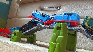 Железная дорога и поезд Томас и его друзья Макс играет в игрушки видео для детей
