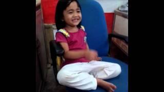 """Nadia singing """"trimakasih guruku"""""""