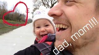 Отец пытается научить ребенка говорить папа. (The father tries to teach a child to talk Dad)