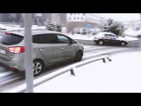 Cuando cae nieve en lugares poco habituales se nota que muchos conductores no tienen en cuenta eso de ¡IR MÁS LENTO!