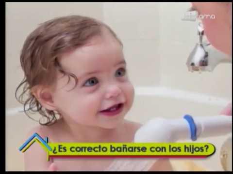 ¿Es correcto bañarse con los hijos?