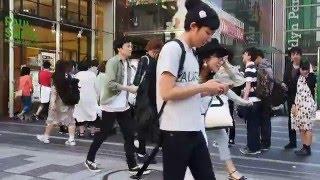 新宿 強風 映画館のチケット購入待ちの行列.