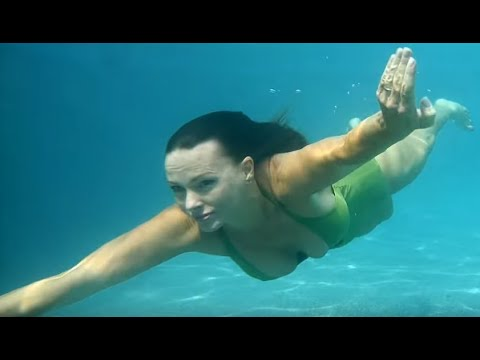Johanna Hart Swimming Underwater