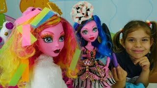 Мультик с куклами Монстер Хай. Гулиопа красит волосы!