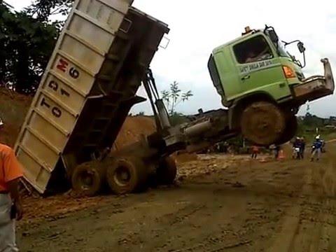 video lucu mobil truck standing