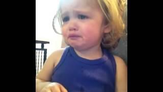 طفلة تبكي عند سماع صوت أمها المتوفيه في فيديو مسجل
