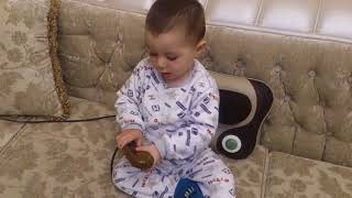 The child is massaging himself - Çocuk kendine masaj yapıyor - Ребенок массирует себя