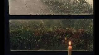 صوت المطر الطبيعي من نافذة الغرفة.
