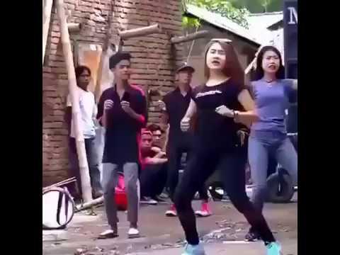 Gaya menari perempuan ini mengundang lelaki hidung belang !!