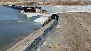 Дамбу прорвало из-за таяния снега в ЗКО Западно-Казахстанской области (Западный Казахстан)