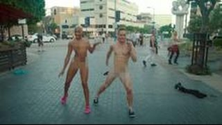 vuclip Danseurs nus dans la rue