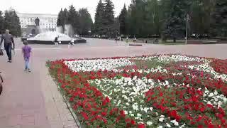 Юля идет по площади Революции  на празднике ЗЕНИТА
