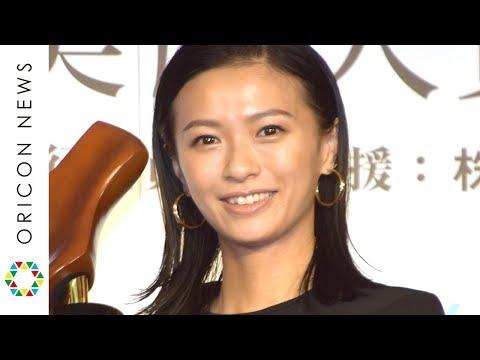 一児の母・榮倉奈々、変わらぬ美脚&スタイル維持の秘けつは「毎日8000歩」 『第17回 クラリーノ美脚大賞2019』授賞式