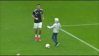Udinese-Juventus, invasione di campo di un bambino Cristiano Ronaldo gli fa l'autografo!!