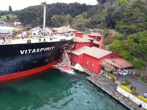 İstanbul Boğazı'nda Yalıya Yük Gemisi Çarptı ! (YAKIN ÇEKİM)