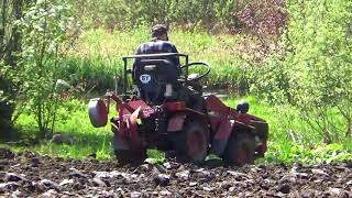 Мини-трактор МТЗ 132н. Вот так проходит процесс вспахивание участка плугом