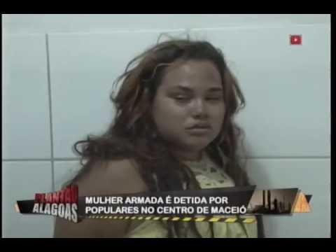 Mulher armada é detida por populares no centro de Maceió